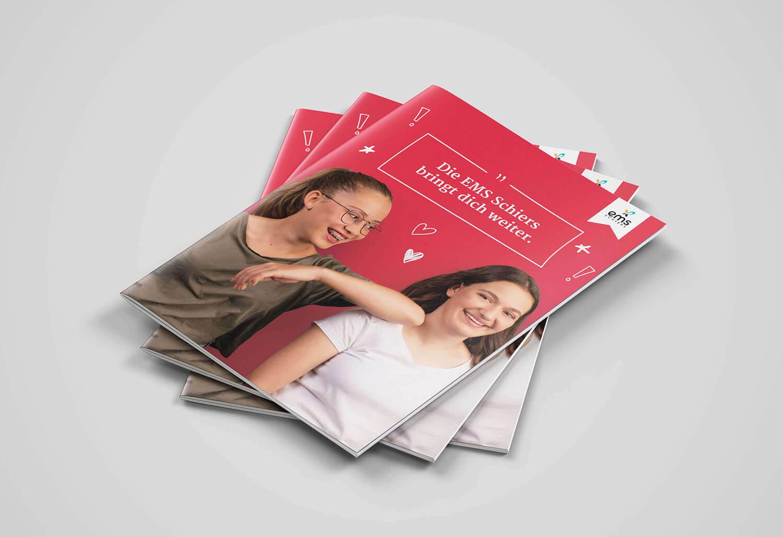 Der neue Auftritt nach dem Rebranding spricht auch die Schüler der EMS Schiers an: Die Broschüre mit dem neuen Logo wirkt jung und dynamisch.