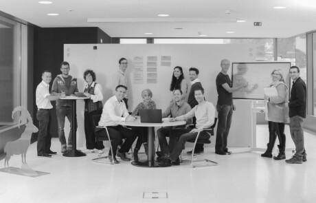 Fröhliche Mitarbeiter von mcs beim Fotoshooting für die Bildwelt im Rahmen des Brandings.